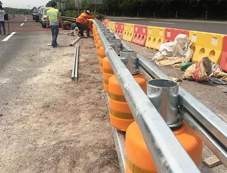 旋转式防撞护栏部件及安装